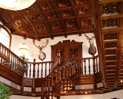 Alta decoraci n en madera artesonados escaleras de for Escaleras de casas de lujo