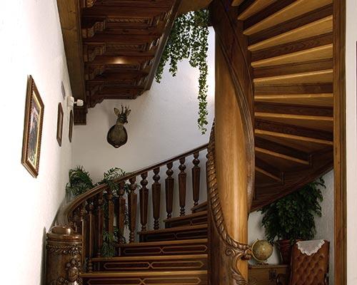 Alta decoraci n en madera artesonados escaleras de for Escaleras toledo