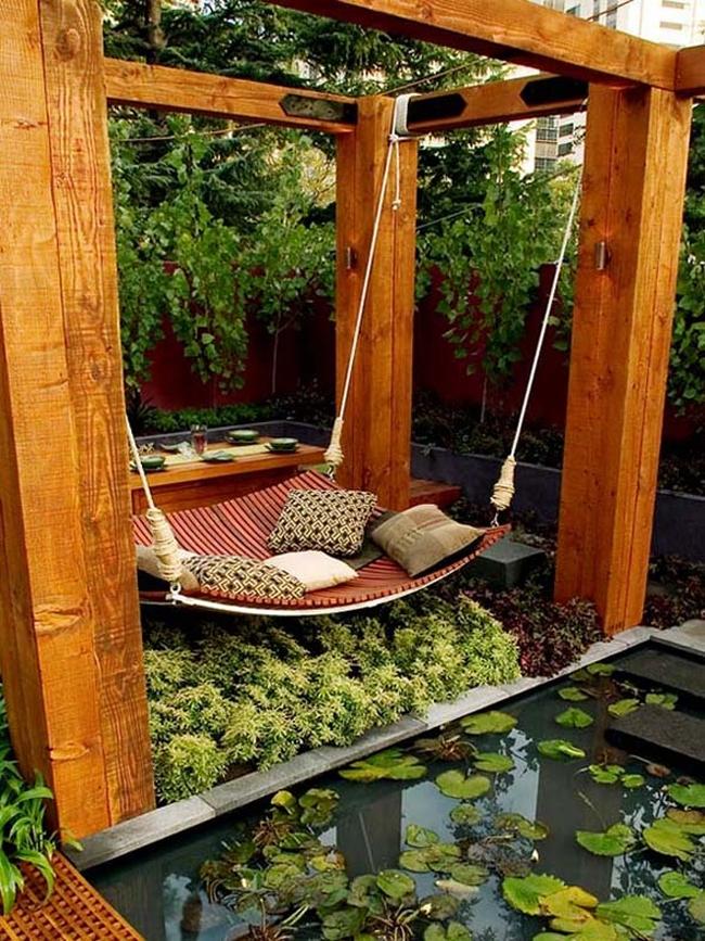 Hamaca junto a un estanque @RuarteContract alta decoración en madera