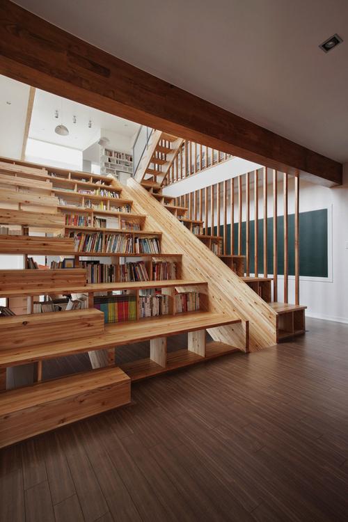 Librería en la escalera @RuarteContract alta decoración en madera