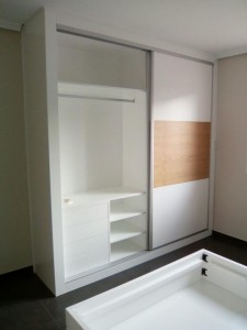 Mueble Ruarte Contract apartamento lacado y chapa de fresno natural Madrid 2