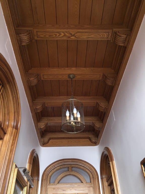 Vivienda de lujo en alicante con techos artesonados for Pintura de muebles de madera