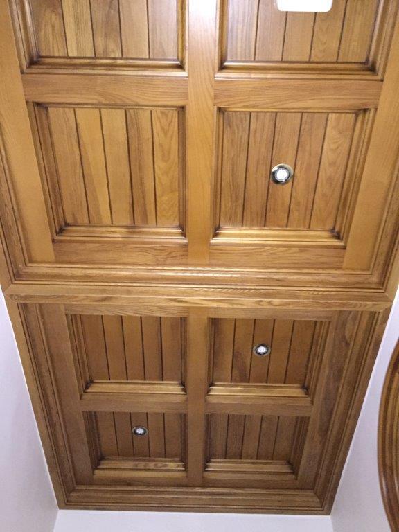 Decoración, techos artesonados, muebles y puertas en madera de fresno, vivienda de lujo Alicante #amueblamiento #interiorismo #interiores #madera 12 @RuarteContract