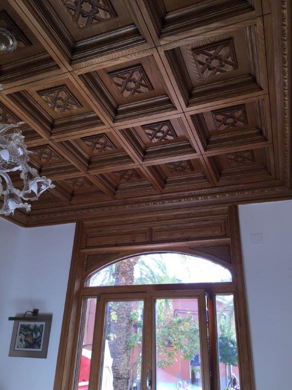 decoracin techos artesonados muebles y puertas en madera de fresno vivienda de lujo