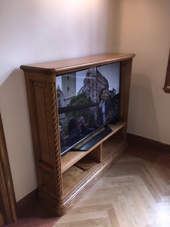 , muebles y puertas en madera de fresno, vivienda de lujo Alicante